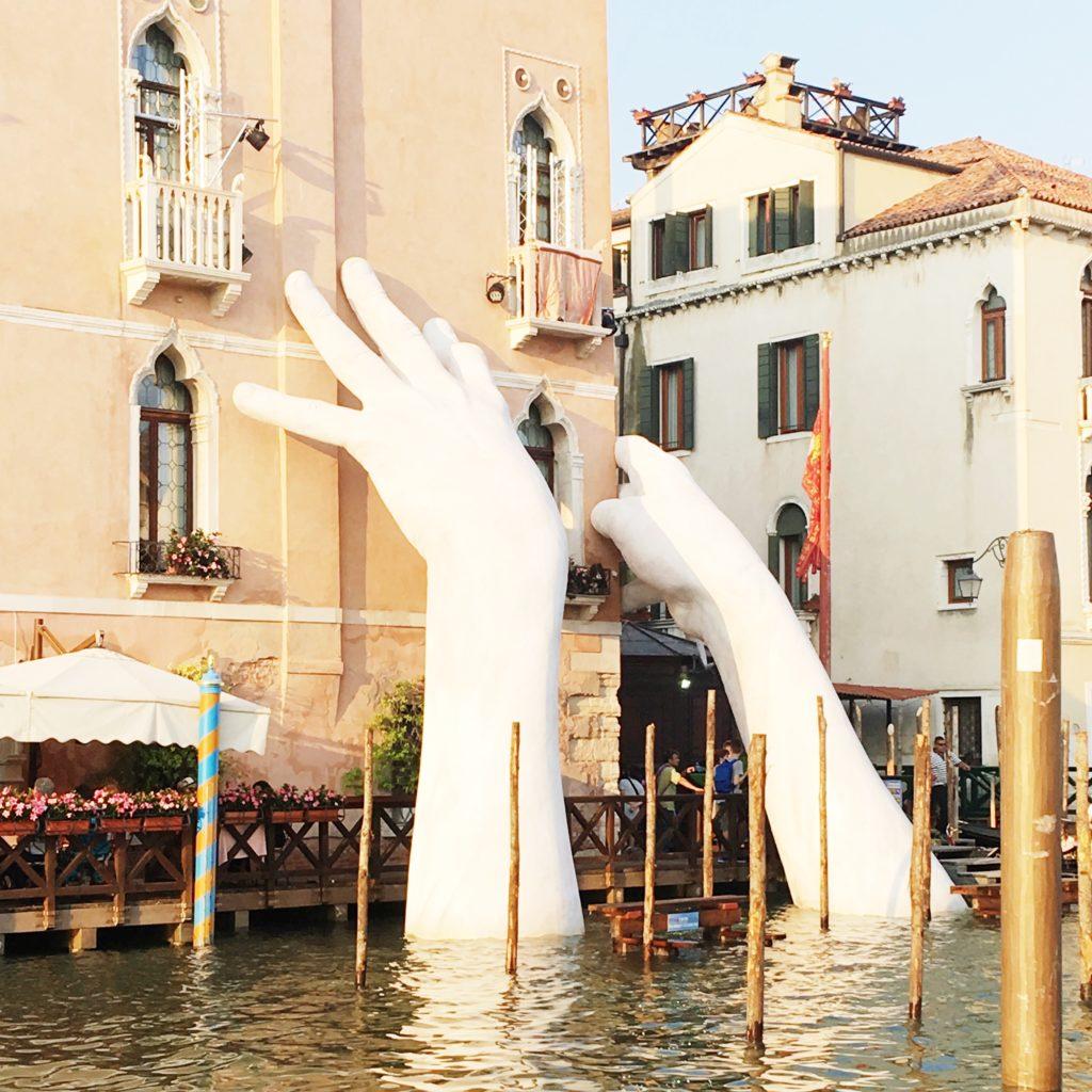 Le mani su Venezia, Lorenzo Quinn