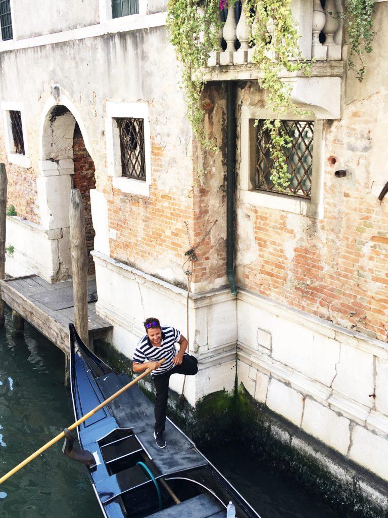 gondoliere nei canali a Venezia