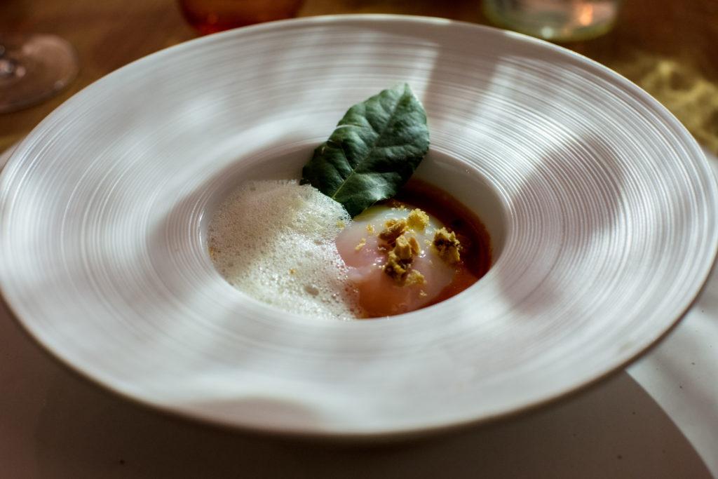 L'uovo cotto a bassa temperatura, fonduta di San Marzano e aria di Grana Padano
