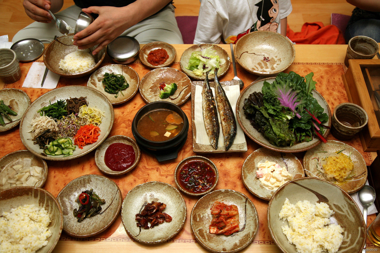 Korean_food-Bibim_ssambap_and_various_banchan-01