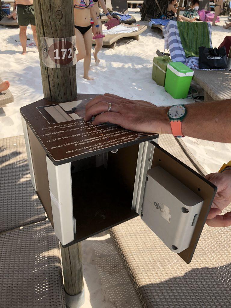 bracciale elettronico apre cassaforte sotto ombrellone Aqualandia parco acquatico